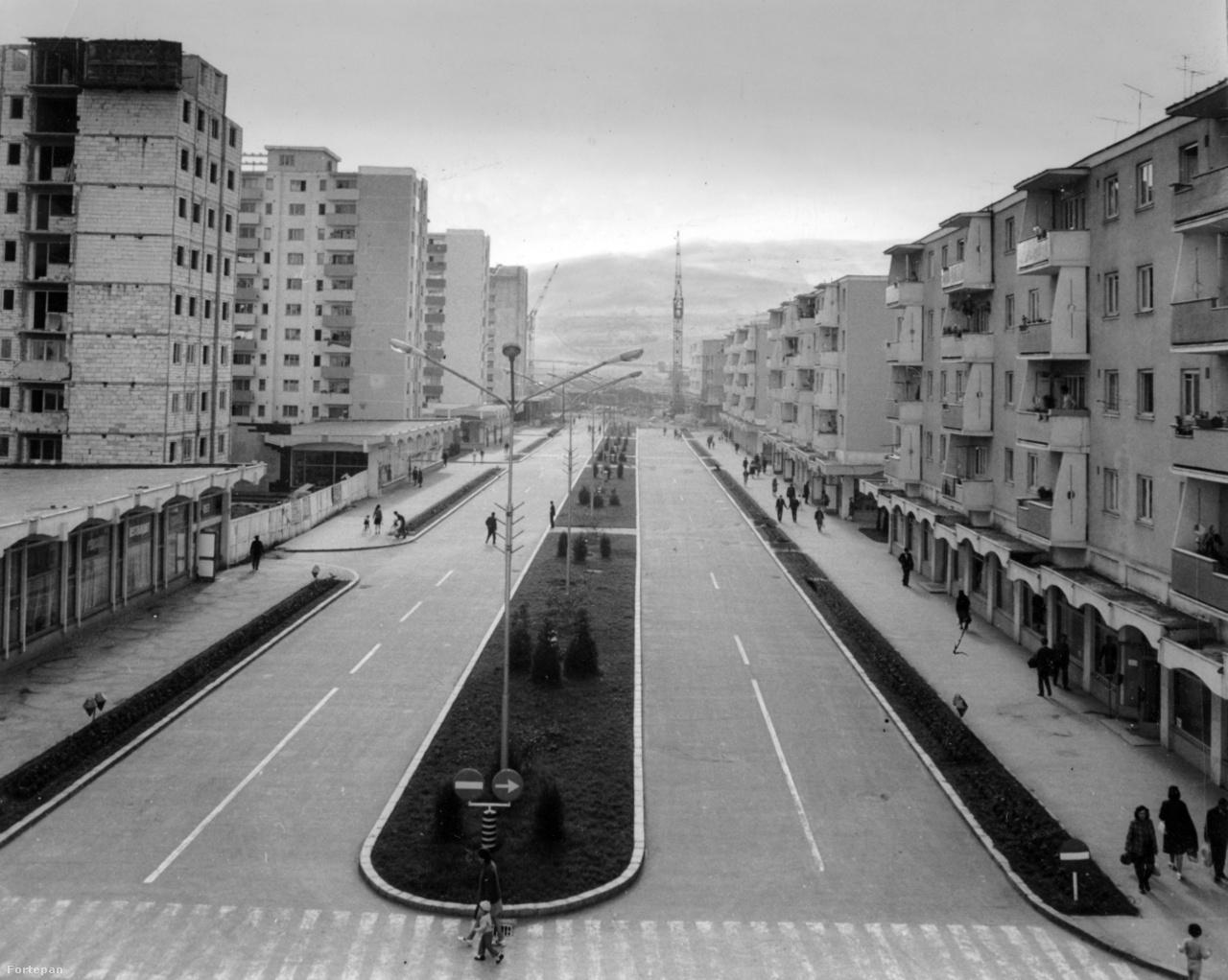 A patikatisztaságú gyulafehérvári főutca 1977-ben.