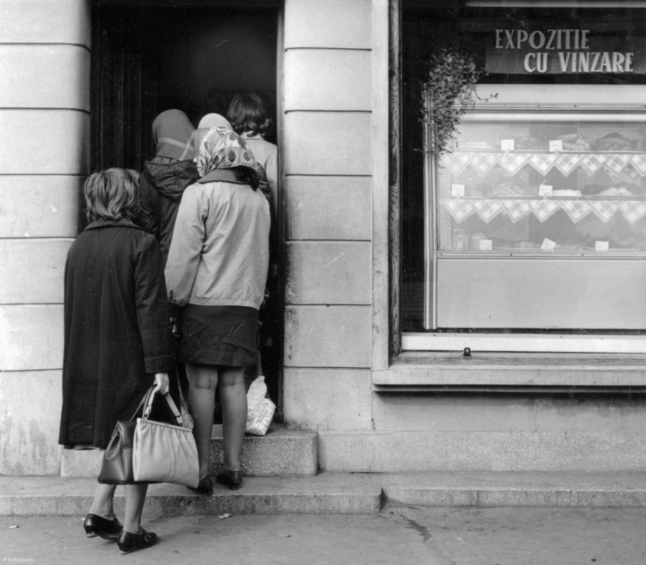 Kiállítás eladással 1966-ból. De hogy mit állítanak ki és adnak el, az rejtély.