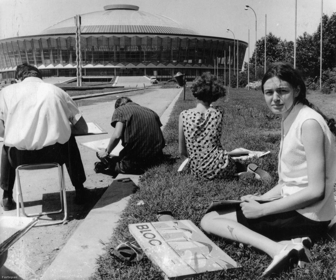 Ifjú képzőművészek örökítik meg az EREN-69 népgazdasági kiállítás központi csarnokát. A ma Romexpo néven ismert épületet 1962-ben adták át, 2017-ben felújították.