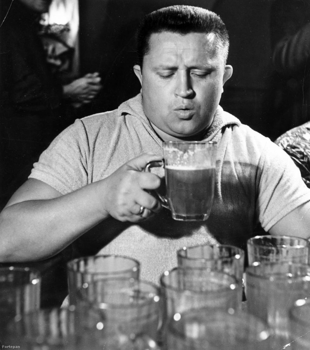 Egy vicc az Új Élet 1976. január 25-i számából: A beteg aggódva kérdi az orvostól: — Gyorsabban meggyógyulnék, ha abbahagynám a sörivást? — Már késő. — Akkor rendben van — sóhajt fel a beteg.  (A kép 1962-ben készült.)