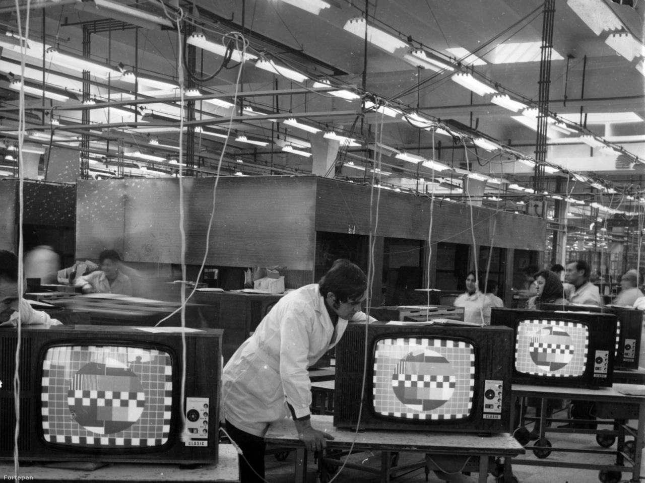 """A bukaresti televíziógyár (Electronica)  1960-ban nyitotta meg kapuit, előtte rádiógyár volt. Nem sokkal utána Vasile Cätuneanu, az Electronica gyár főmérnökhelyettese így nyilatkozott az Új Élet termelési riporton lévő munkatársának: """"Ha, mondjuk, egy 1700 táján élt ember látná ezt a gyárat, és végignézne egy televíziós adást, az ördöggel való cimboraságért jelentene fel"""". A kép jóval később, 1980-ban készült. Ekkoriban hatféle készüléket gyártottak a 44 centiméteres képernyő átmérőtől a 65 centiméteresig."""
