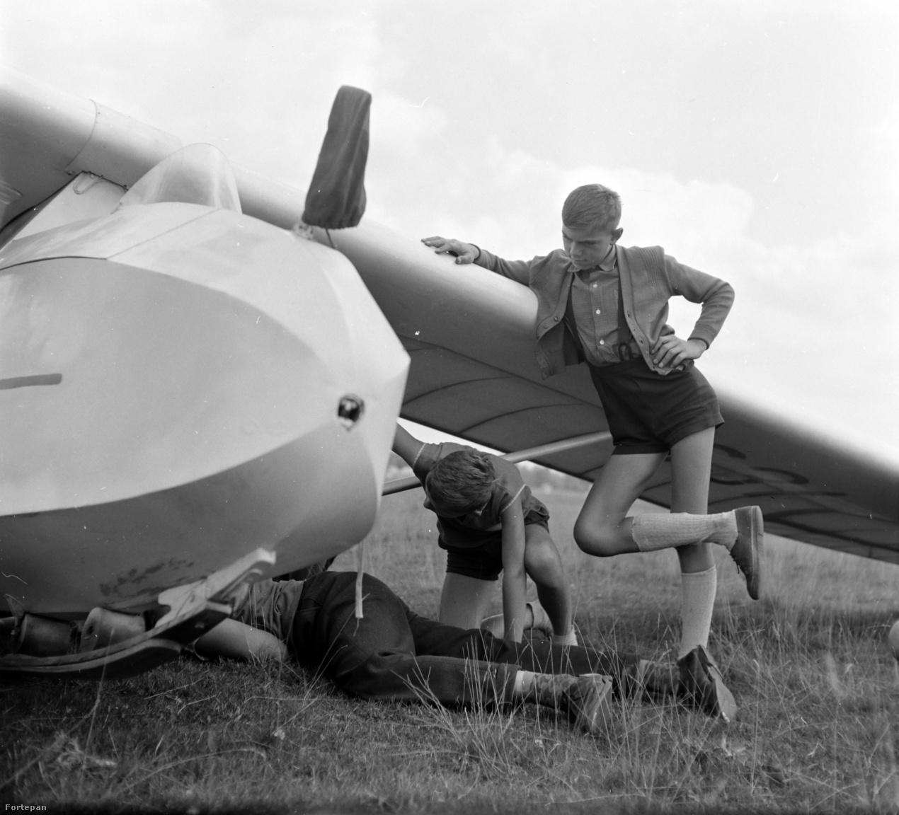 Bébi vitorlázógépet javítanak a gyerekek a marosvásárhelyi sportrepülőtéren 1962-ben. A meggyesfalvi reptér volt a város első reptere 1936-ban, ez volt az a hely, ahol Aurel Vlaicu 1912-ben leszállt a gépével. Az erdélyi román mérnök-feltaláló a budapesti Műegyetemre is járt. Mindössze harminc éves volt, amikor 1913-ban megpróbálta átrepülni ma Kárpátokat. Valószínűleg szívroham végzett vele, családja szerint meggyilkolták. A második világháborúban a visszavonuló német csapatok a repteret fölrobbantották. A meggyesfalvi reptér ma is üzemel, de már csak sportrepülőtérként.