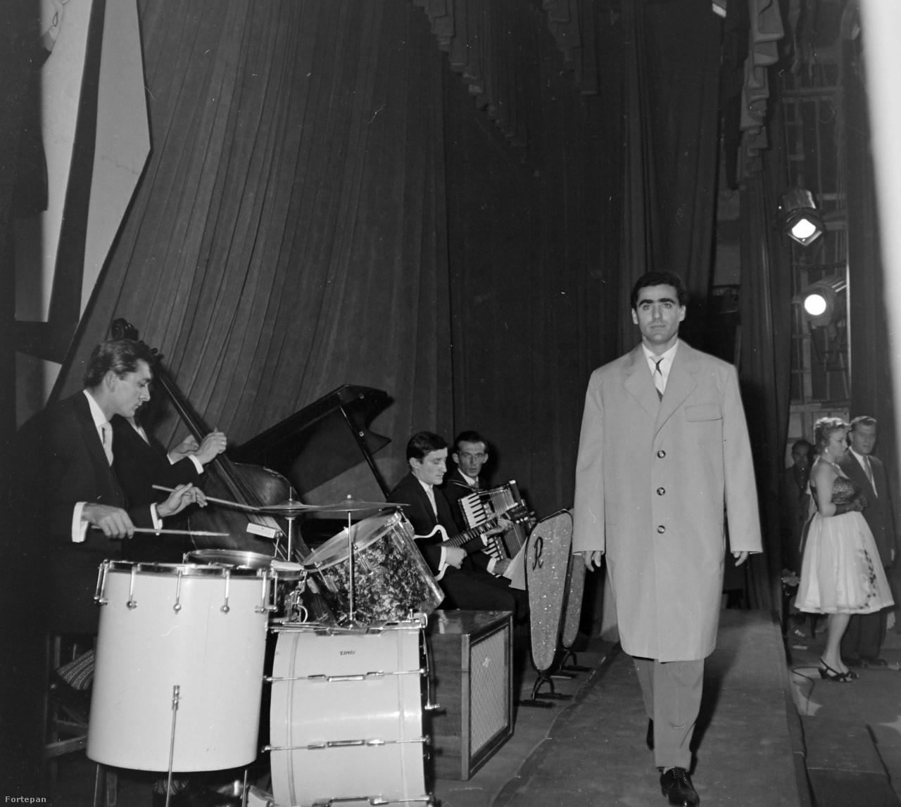 Divatbemutató a marosvásárhelyi Kultúrpalotában 1960-ban.
