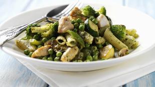 Egyszerű hideg csirkesaláta pestóval és durumtésztával – így lesz nagyon finom egy egészséges ebéd