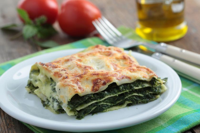 Sajt, fokhagyma és lasagne: ugye jól hangzik? A rétegek közé és a tészta tetejére akár besameles mártást is rakhatsz. A teteje ropogósra sül, belül pedig fantasztikusan selymes. Friss vagy mirelit spenóttal is elkészítheted.