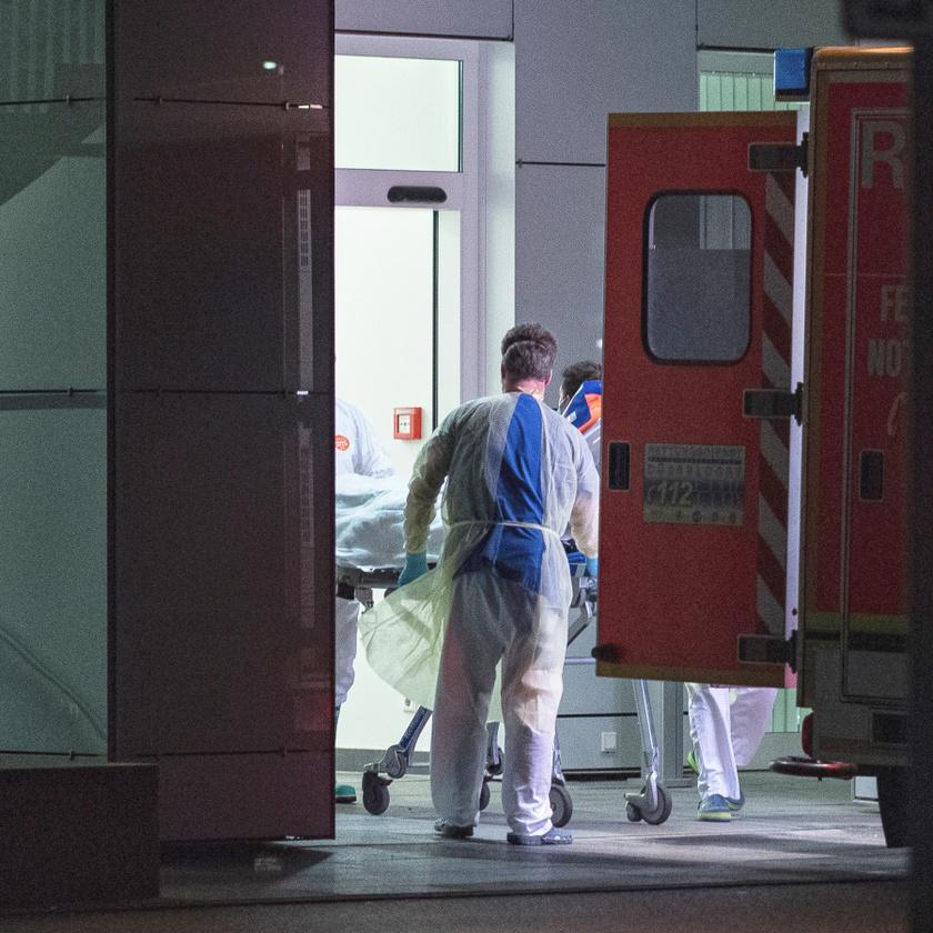 Beteggel érkeznek mentősök a Düsseldorfi Egyetemi Kórház fertőző osztályára.