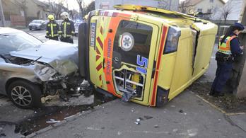 Karambolozott és felborult egy mentő a XX. kerületben