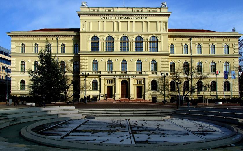 A Szegedi Tudományegyetem központi épülete a Dugonics tér 13-ban.
