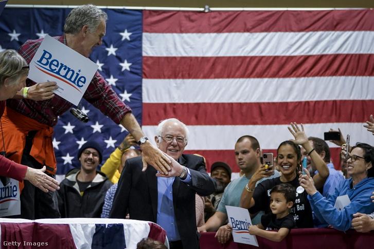 Bernie Sanders pacsizik egy támogatójával a North Charlestonban tartott kampányrendezvényen 2020. február 26-án
