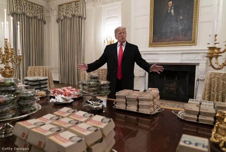 Donald Trump egy csomó hamburger társaságában a Clemson Tigers egyetemi amerikaifoci-csapat emlékezetessé vált 2019-es fogadásán a Fehér Házban.