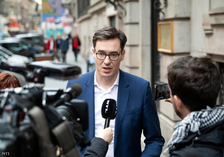 Karácsony Gergely nyilatkozik a sajtónak a BKV Zrt.-nél a cég székháza előtt 2020. február 25-én.