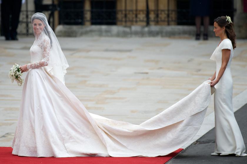 A sort mivel mással is kezdhetnénk, mint a világ egyik leghíresebb esküvői ruhájával, amit Katalin hercegné viselt a 2011-es menyegzőn. A ruhát az Alexander McQueen divatháznál dolgozó Sarah Burton tervezte, és a divatvilág legnagyobb kritikusai is imádták a csipkés darabot.