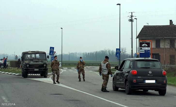 Katonák az észak-olaszországi Lodiban felállított ellenörzőpontnál 2020. február 25-én.