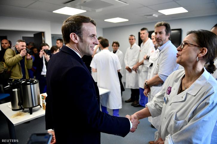 Emmanuel Macron francia elnök orvosokkal találkozik abban a kórházban 2020. február 27-én, ahol egy nappal korábban meghalt a koronavírus első francia áldozata, egy 60 éves tanár.
