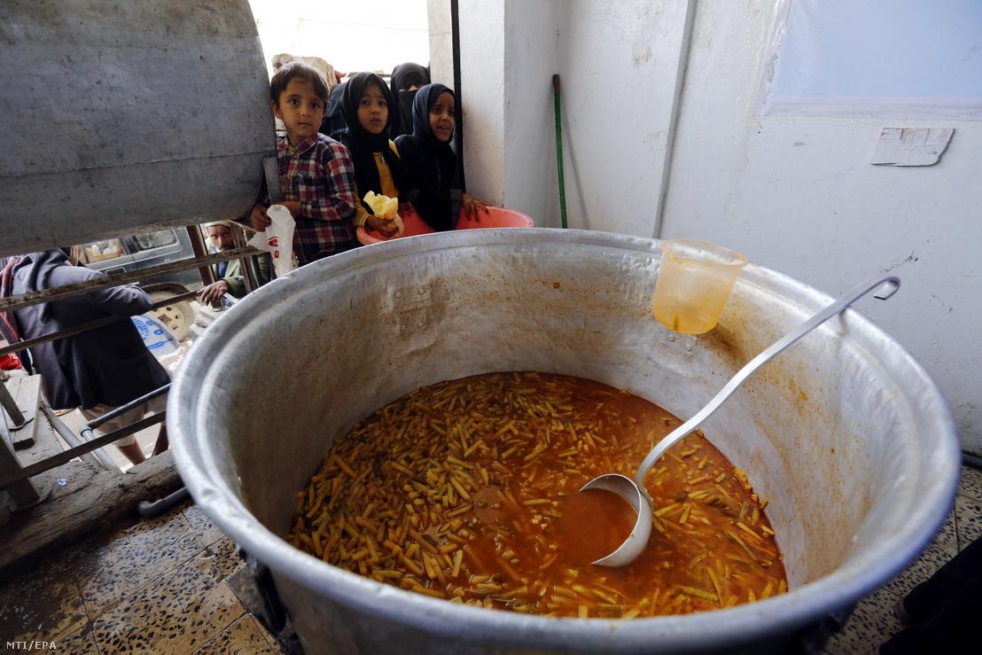 Ételosztásra várnak jemeni gyerekek a genfi székhelyű Trafigura Alapítvány népkonyhájánál a fővárosban, Szanaában 2019. május 8-án