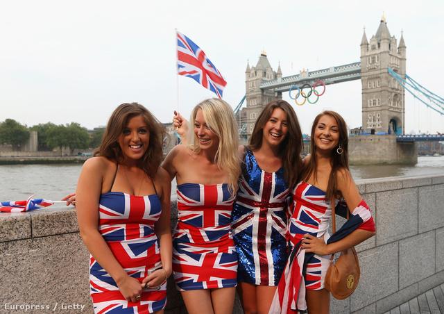 Brit rajongók-szurkolók a megnyitóünnepség előtt