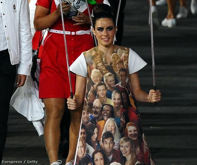A bevonuláskor az egyes országok neveit szállítók lányok közül a Magyarország felirat hordozója