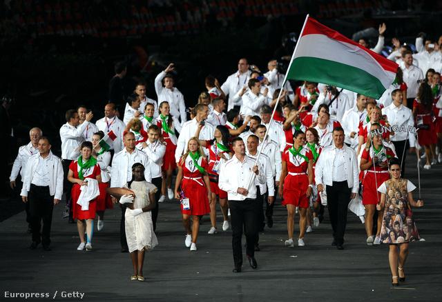 A magyar olimpiai csapat bevonulása, piros-fehér-zöldben