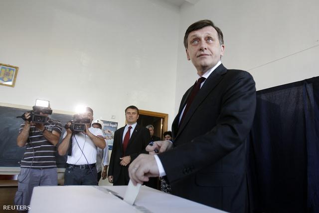 Crin Antonescu, a román parlamenti felsőháznak, a szenátusnak az államfői teendőket ideiglenesen ellátó elnöke voksol a Traian Basescu román elnök visszahívásáról rendezett romániai népszavazáson