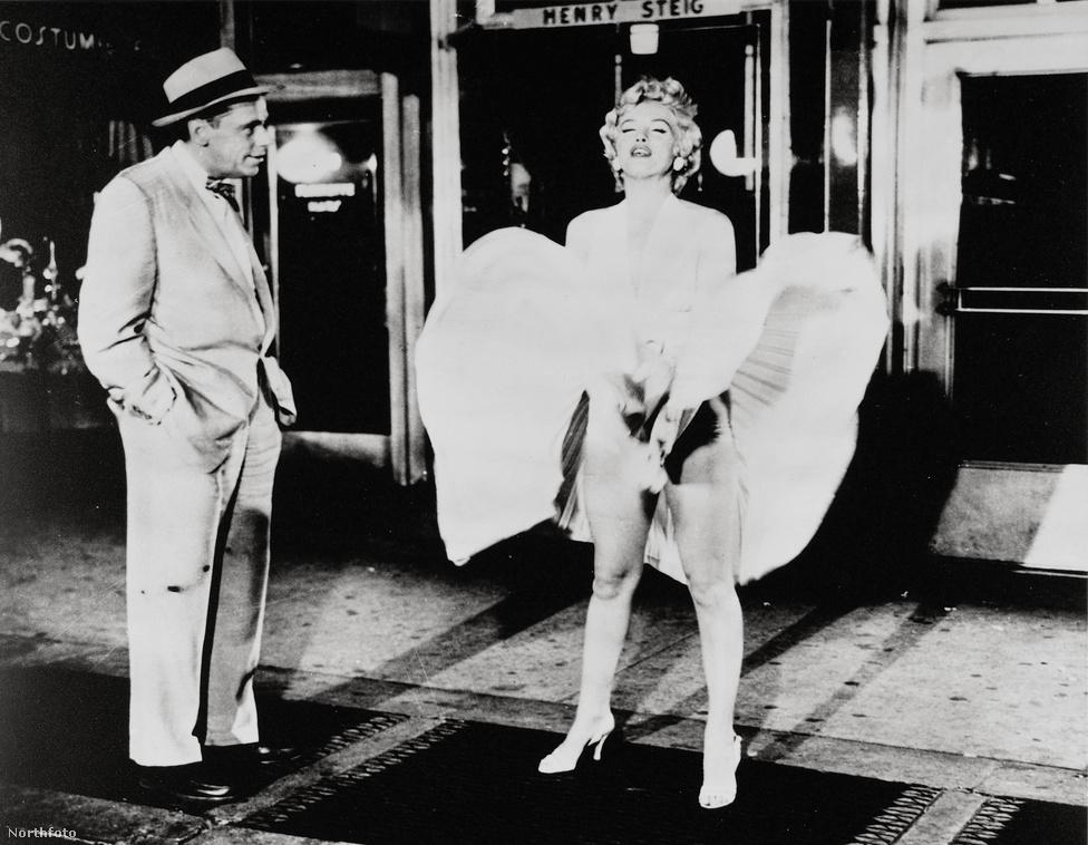 A kultikus szoknyafellebbenős kép az 1955-ös Hétévi vágyakozás című filmből. Balszélen a filmért Golden Globe-bal jutalmazott Tom Ewell csorgatja a nyálát.