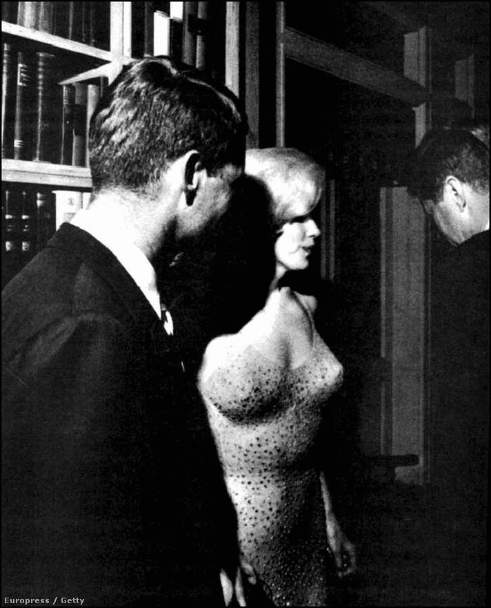 Marilyn Monroe, Bobby Kennedy és John F. Kennedy a United Artists filmstúdió manhattani irodaházában beszélgetnek a születésnapi ünnepségről. A színésznőnek a pletykák szerint mindkét politikussal intim viszonya volt, amit az elnököt túlságosan balosnak tartó CIA is igyekezett kihasználni: állítólag ők gyilkolták meg Marilyn Monroe-t, hogy ezzel járassák le a Kennedy-fiúkat.