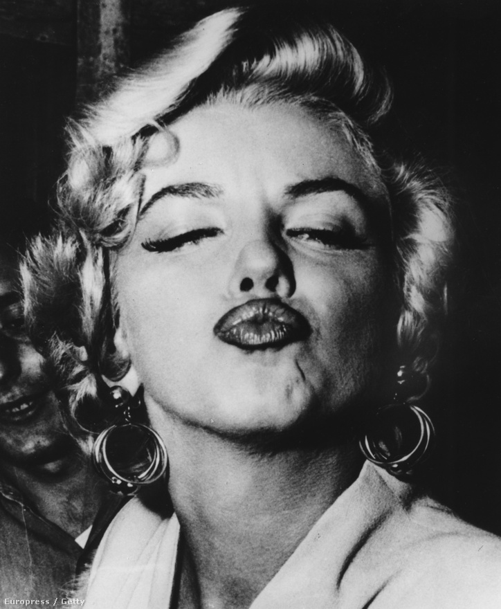 Marilyn Monroe, a szexszimbólum csókot dob a kamerának (1960)