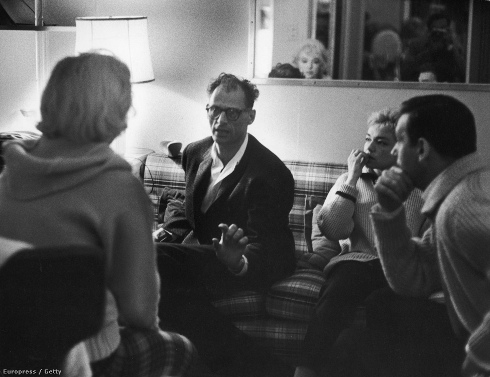 Monroe, Arthur Miller, Simone Signoret francia színésznő és a férje, az olasz születésű, de Franciaországban befutott Yves Montand a hollywoodi sztárpár Los Angeles-i otthonában beszélik meg közös filmjük, az 1960-as Szeressünk! részleteit.