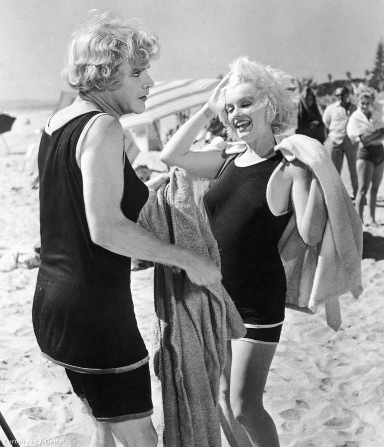 A fürdőruhás díva a nőnek öltözött Jack Lemmonnal nevet az 1959-es Van, aki forrón szereti című vígjáték egyik jelenetében.