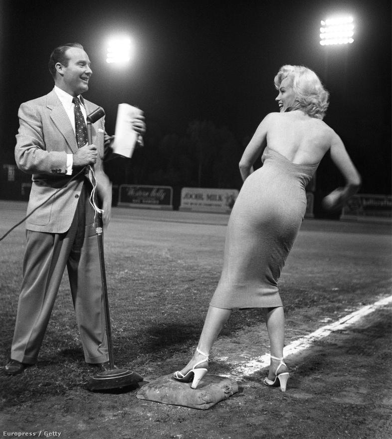 A rádiós műsorvezető-producer Ralph Edwards ás a színésznő egy baseballpályán pózolnak a kameráknak 1958-ban.