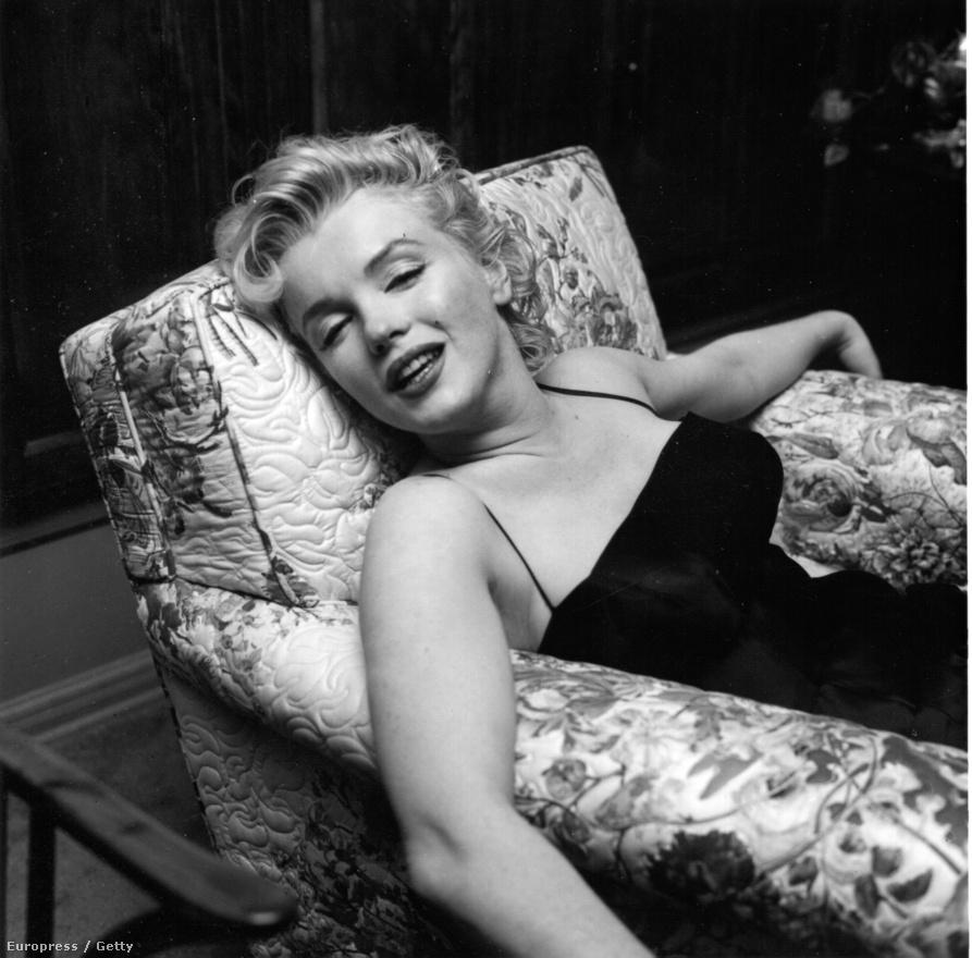 Marilyn Monroe megpihen: 1956 március 3-án óriási sajtónyilvános partit szervezett Los Angeles-i otthonában.