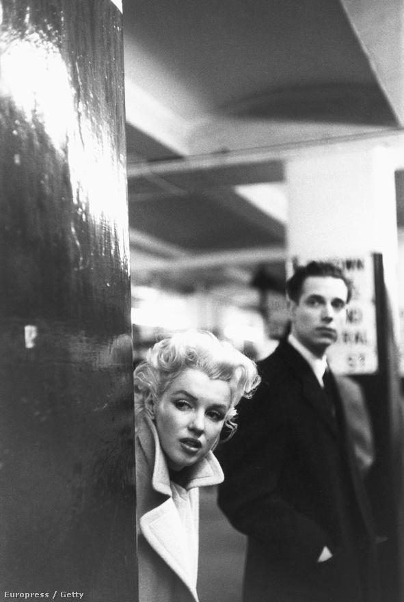 A színésznő épp a New York-i metrót várja a Grand Central állomáson 1955 március 24-én.