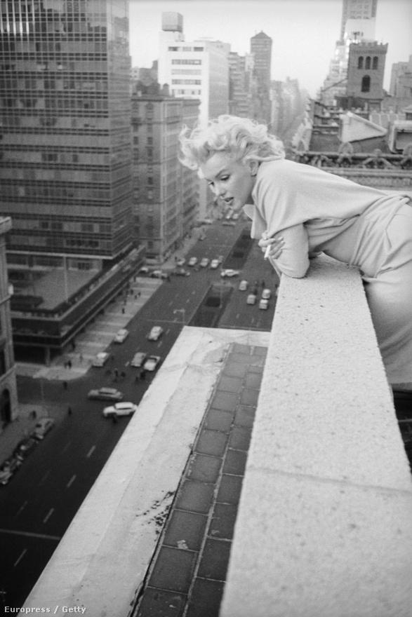 Monroe a nagyvárosi forgalmat csodálja 1955-ben egy toronyház tetején.