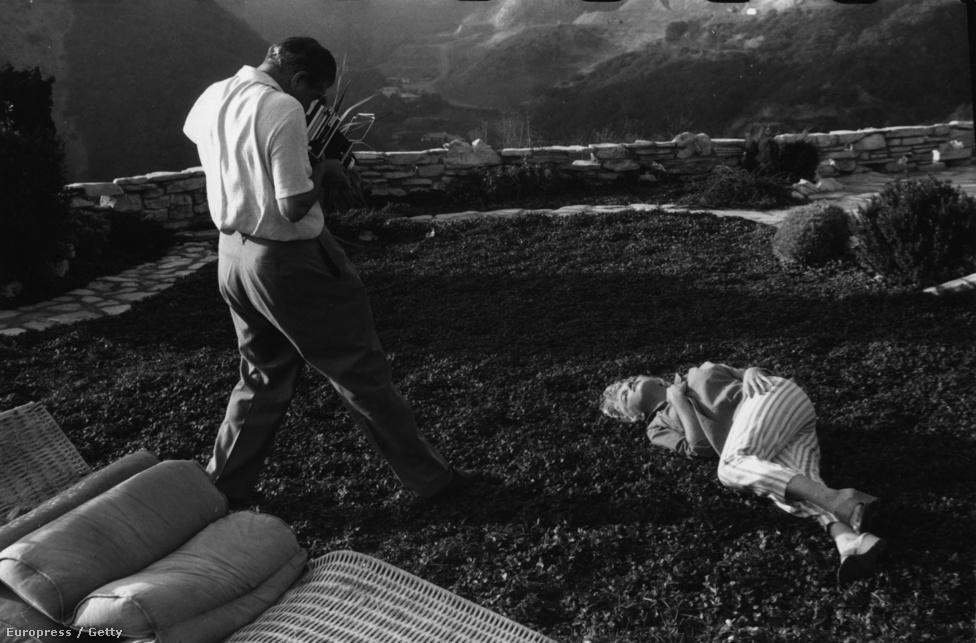 Földön fetrengős fotózás valamikor 1954-ben, Marilyn Monroe villájának kertjében.