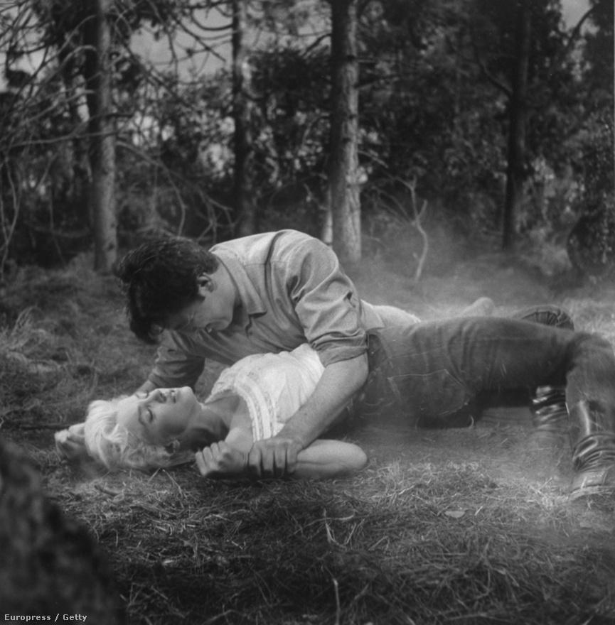 Marilyn Monroe és Robert Mitchum forró ölelkezése az 1954-es A folyó, ahonnan nincs visszatérés című film egyik jelenetében.