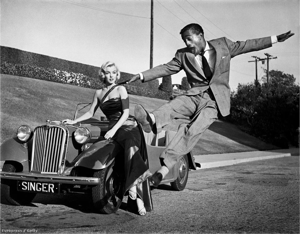 Marilyn Monroe-t épp Sammy Davis jr. szórakoztatja az 1953-as Hogyan fogjunk milliomost? című film forgatásán. Jó barátok voltak, együtt jártak az elegáns partikra Frank Sinatrával, Elizabeth Taylorral és a Kennedy-fiúkkal, de hogy volt-e több köztük barátságnál, azt csak találgatni lehet.