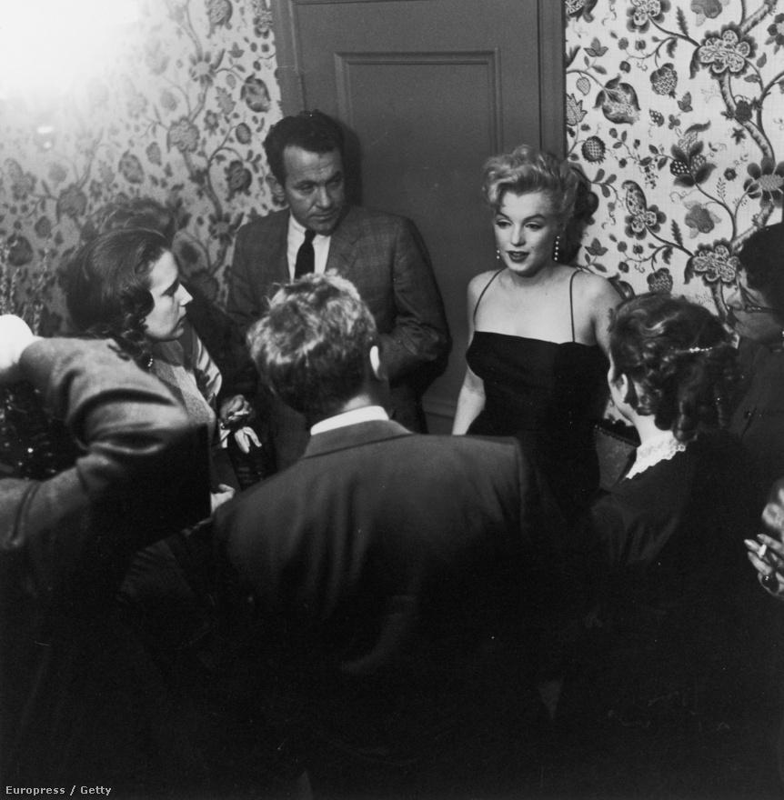 Marilyn Monroe 1951-ben: épp betoppant egy házibuliba.