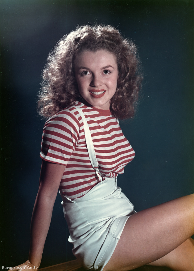 Norma Jeane 1944-ben egy hadianyaggyárban dolgozott betanított munkásként, ekkor fedezte fel a hadsereg egyik fotósa, akinek köszönhetően a huszonéves lány a Blue Book ügynökség egyik legkedveltebb modellje lett. Ezen az 1947-es képen viszont még nyoma sincs a későbbi ikonikus szőke frizurának és mély dekoltázsnak.