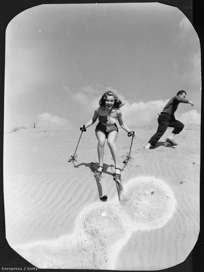 Az idén 50 éve elhunyt ünnepelt szexszimbólum Marilyn Monroe eredetileg Norma Jeane Mortenson néven született 1926. június 1-jén, Los Angelesben, bár később az anyja első férje után a  Norma Jeane Baker nevet használta. Ezen az 1943-as képen az akkor még teljesen ismeretlen színésznő épp egy homokdűnén síel.