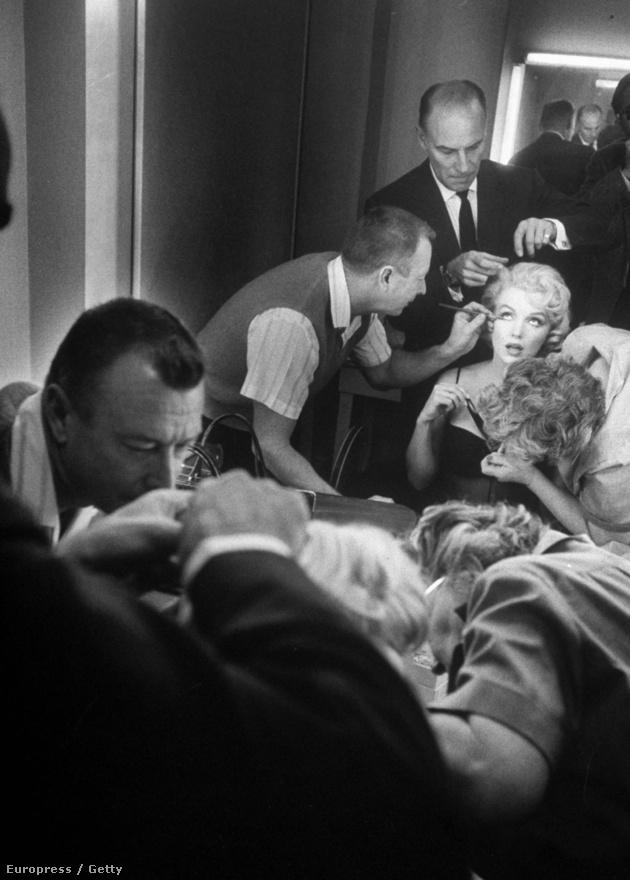 Pillanatkép az MGM stúdió sminkszobájából: Sydney Guilaroff stylist az utolsó igazítást végzi Marilyn Monroe arcán a Szeressünk! egyik forgatási jelenete előtt.