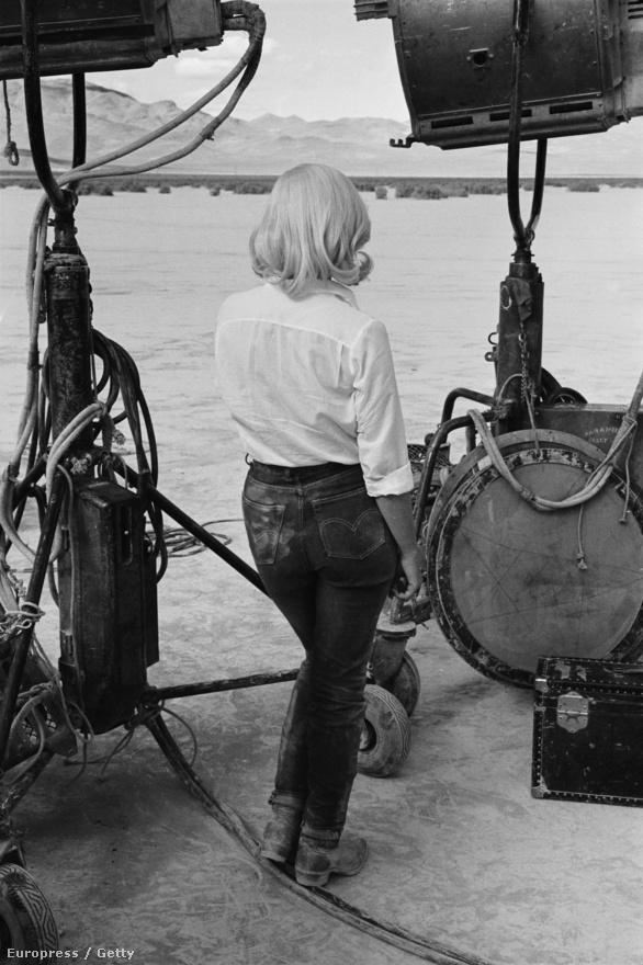 Nevadában, az 1961-es John Huston-film, a Kallódó emberek 1960-as forgatásán. A forgatókönyvet a sztár férje, Arthur Miller írta.