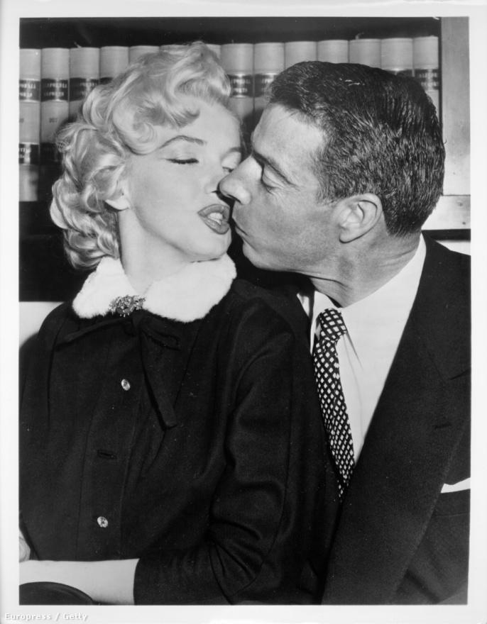Marilyn második férjével, a baseballsztár Joe Dimaggióval csőrözik 1954-ben. (A színésznő első férje 1942 és 46 között tinédzserkori szerelme, a tengerész James Dougherty volt.)