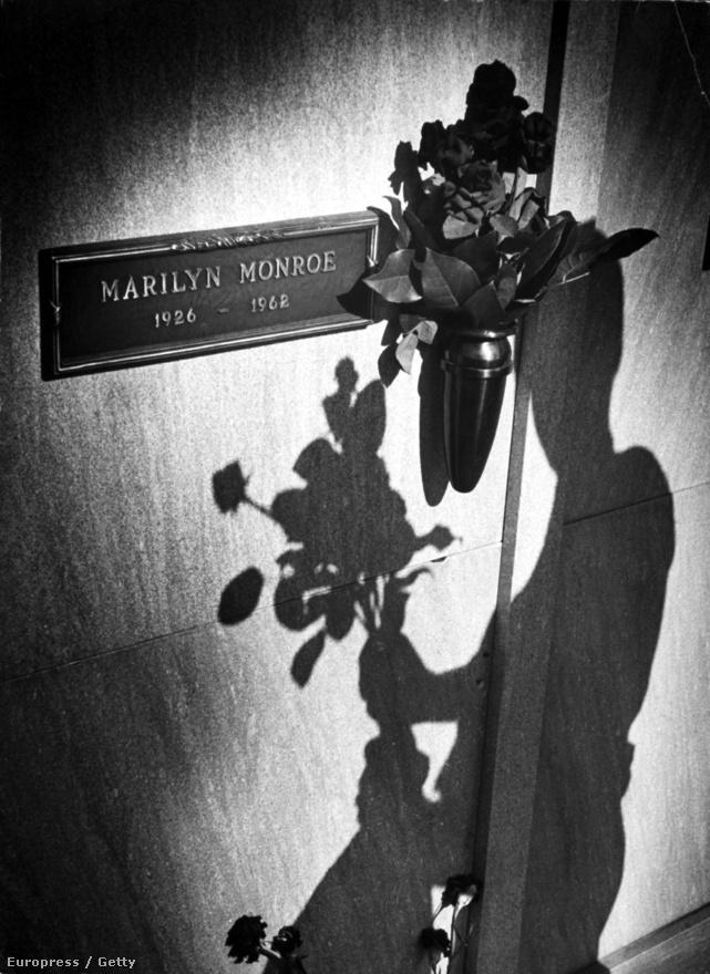 Monroe az utolsó éveiben már nagyon magányos volt, 1961-ben Arthur Millertől is elvált. Állítólag újra össze akart házasodni Joe Dimaggióval, aki a temetés után háromhetente küldött friss rózsát egykori felesége sírjához.
