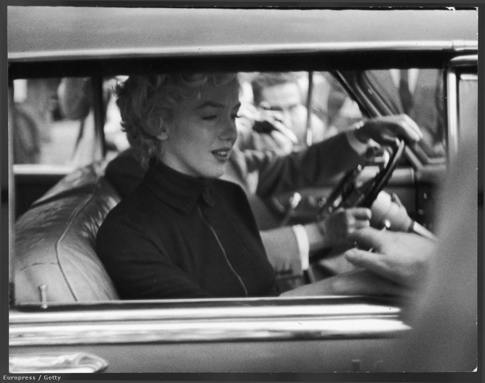 Monroe 1954-ben Jerry Giesler ügyvéd kocsijában, közvetlenül azután, hogy bejelentette a nyilvánosság előtt: el akar válni baseballsztár férjétől, Joe DiMaggiótól.