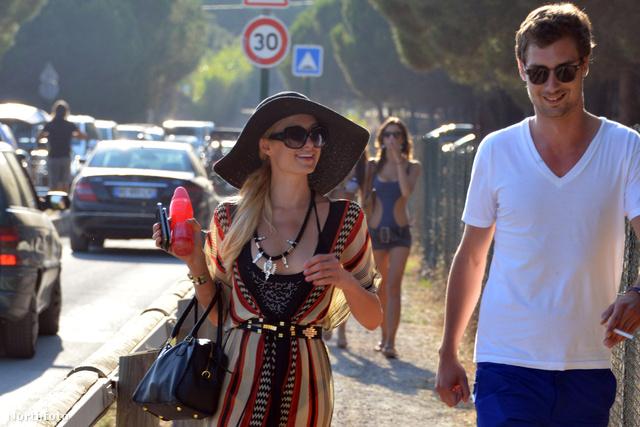 Paris Hilton lovagjával Saint-Tropez-ban