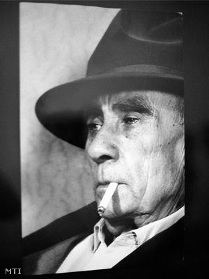 Kalapos arckép, 1964. Vattay Elemér felvétele a Fotográfiák Kassákról című, a Kassák Múzeumban megrendezett kiállításon.
