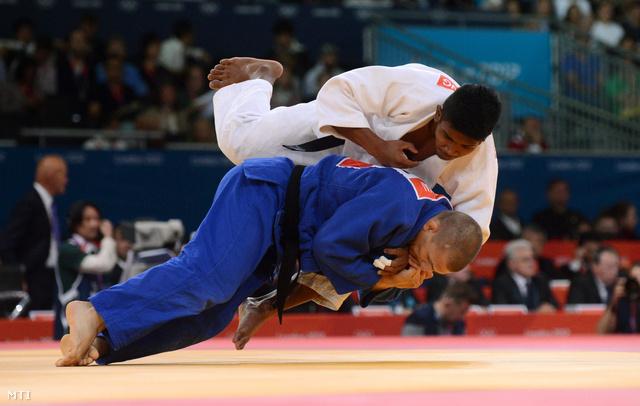 A 81 kg-os Csoknyai László (kékben) a legjobb 16 közé jutásért küzd a thaiföldi Putu Wiradamungga ellen.