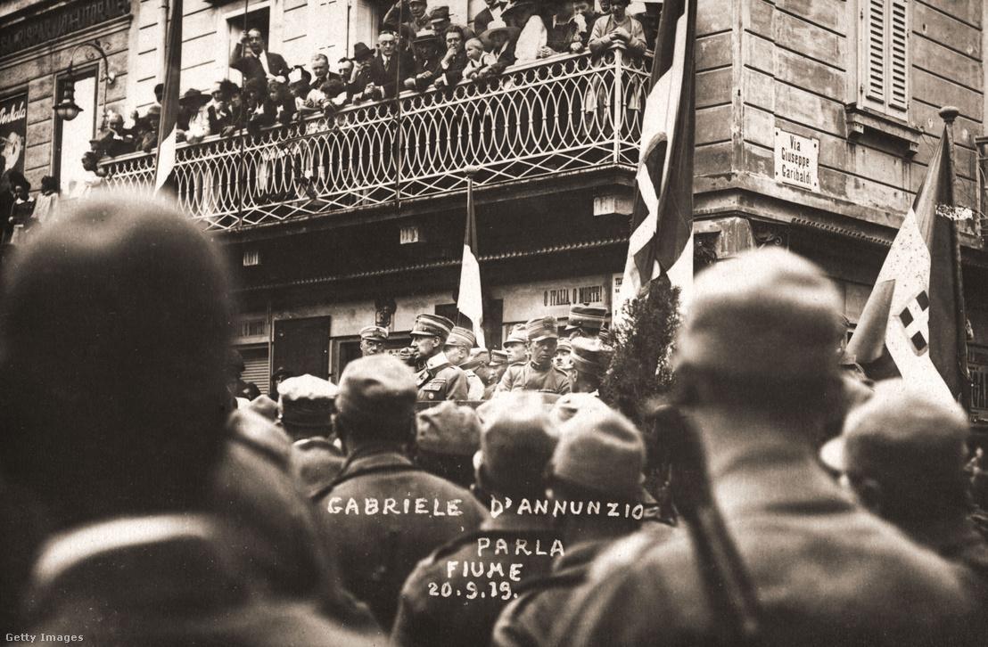 Gabriele d'Annunzio beszédet mond Fiumében 1919 szeptember 10-án.