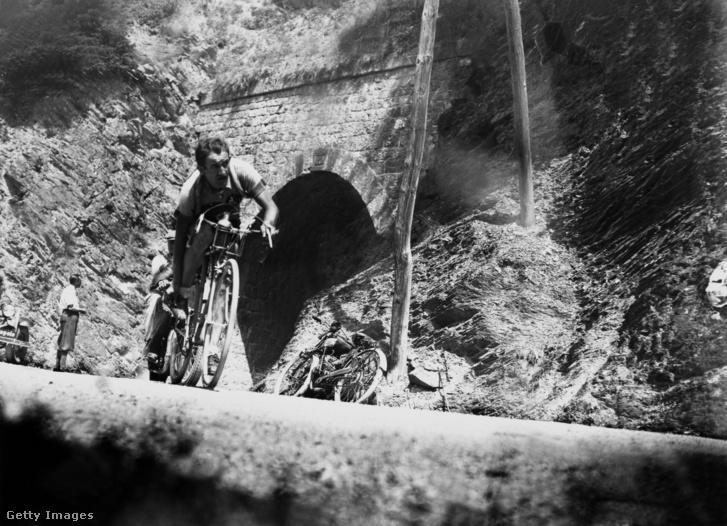 Az 1934-es Tour De France, a Galibier alagútból érkezik az olasz Edoardo Molinar. A Galibier hágó sokszor a legmagasabb pontja a Tour de France-nak.