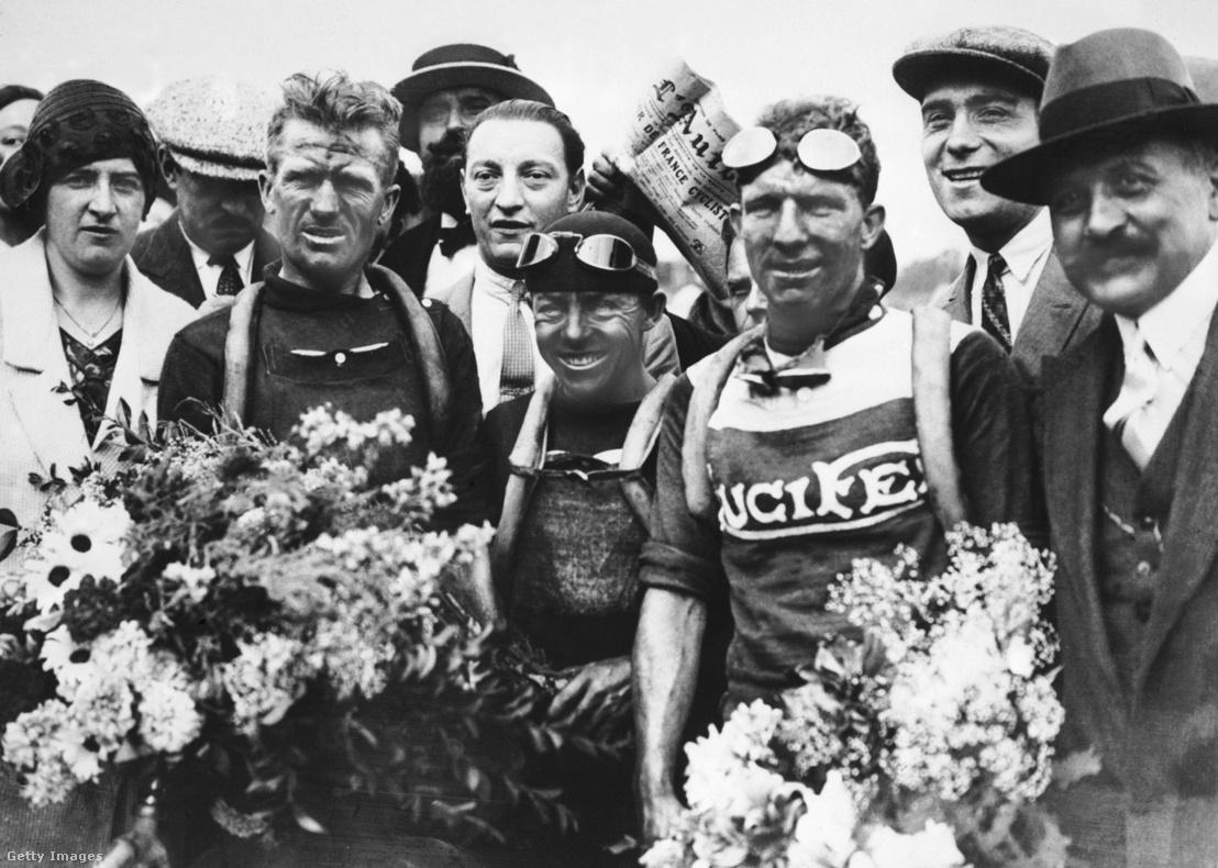 Az 1929-es Tour de France befutója, balról a győztes belga Maurice Dewaele, a harmadk helyezett belga Jef Demuysere valamint a francia Benoit Fauré.