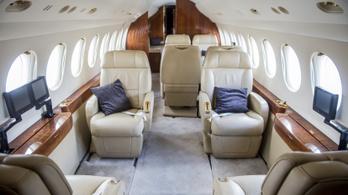 Kényelmes bőrfotelek és díszes faborítás látható a Magyar Honvédségnek vásárolt repülőn